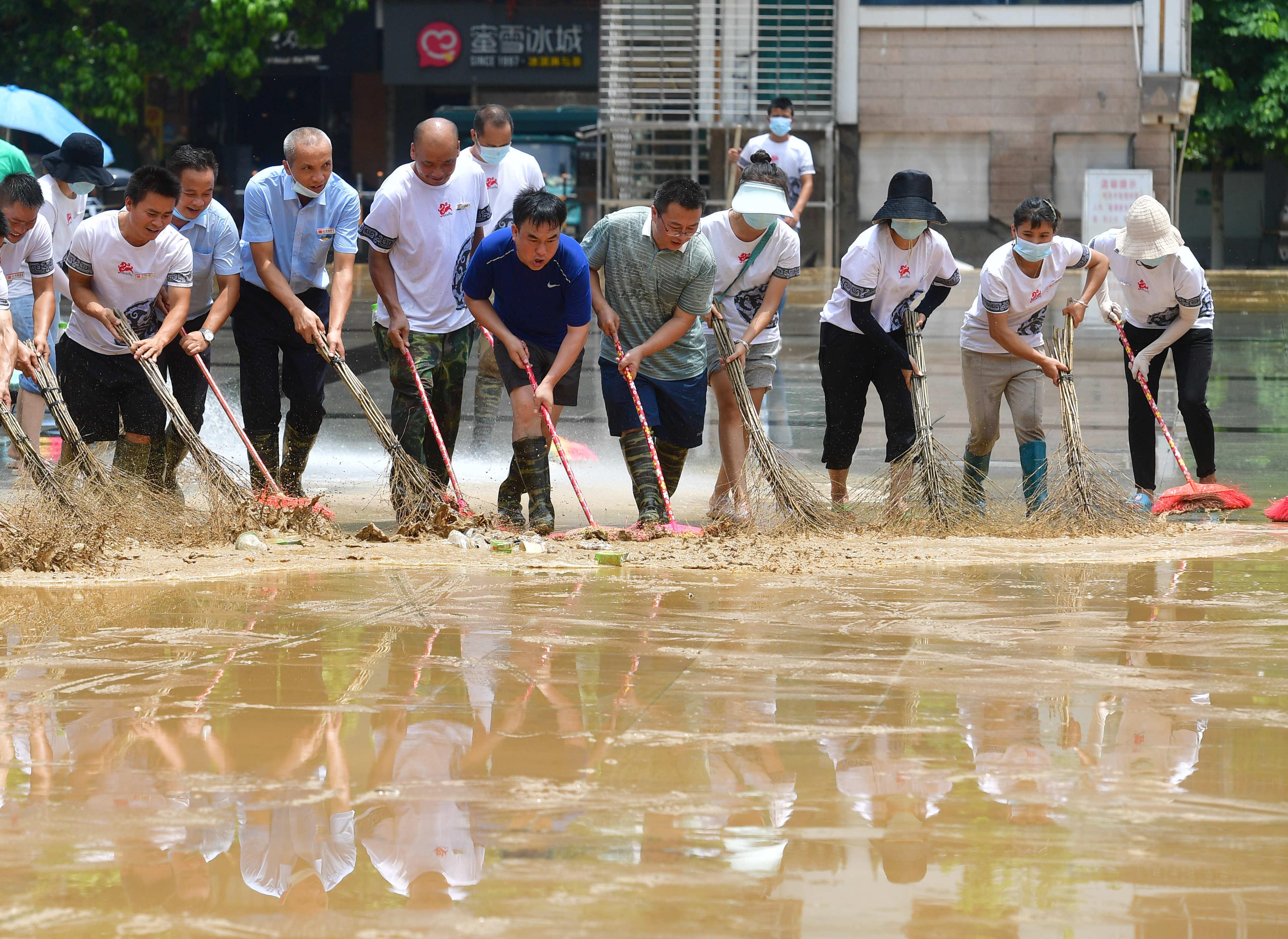 广西融水:洪水消退清淤忙