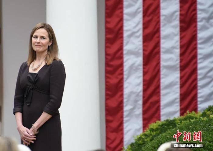 巴雷特在白宫宣誓就任大法官 誓言将毫无偏袒履职