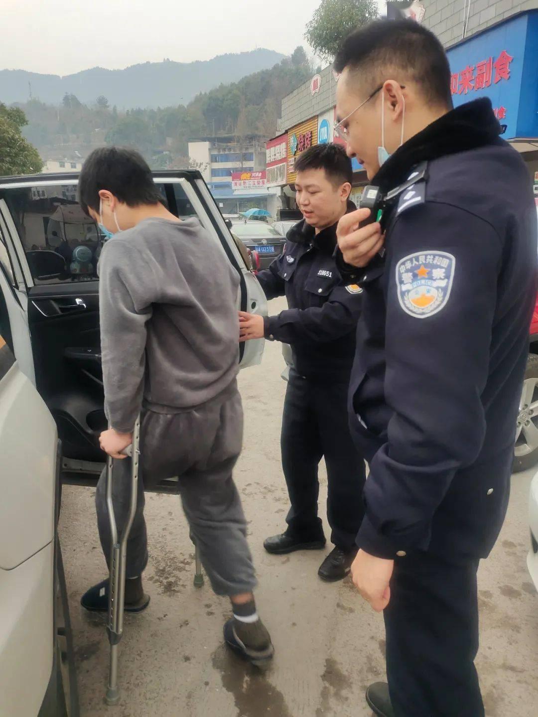 小事践初心,民警接行动不便群众到派出所办理身份证