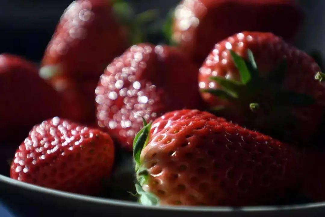 """【指尖•草莓行动】首批""""爱心草莓""""已送达,爱心接力颗颗传情,暖心粉丝一次购买了十箱"""