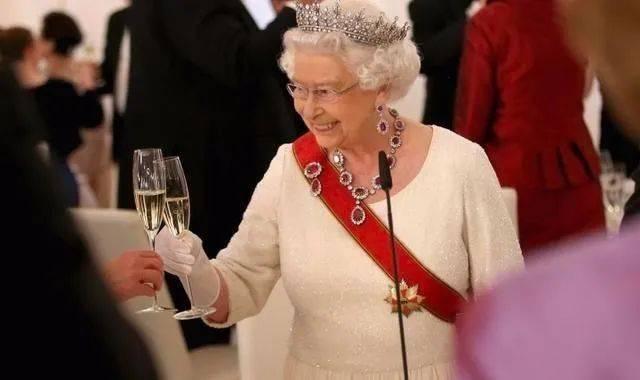 英国女王卖袜子,这是什么带货模式?