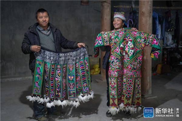 半生居大山 苗族夫妻坚守传统服饰制作