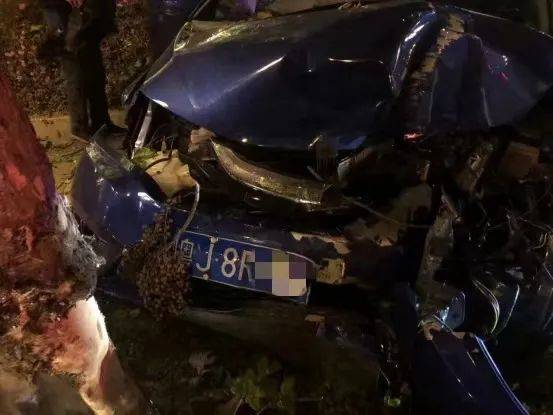 新会一男子驾车撞上绿化带,车辆严重损毁!万幸的是……