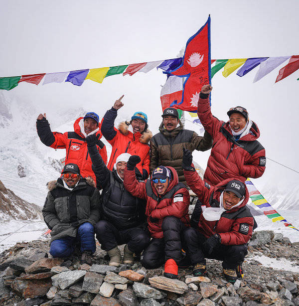 """人类首度冬季登顶K2,一座""""野蛮峰""""的被征服史"""