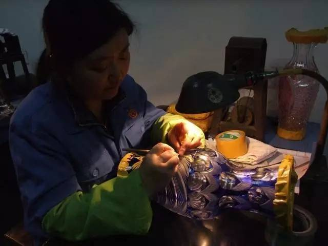 北碚玻璃器皿成型刻花工nb88新博注册艺,让玻璃美得不要不要的!