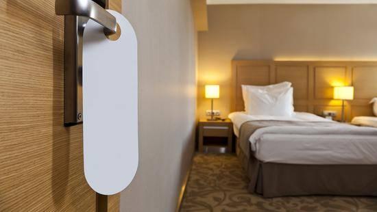 不忍直视!青岛一酒店房客走后外卖连菜带汤扔床上