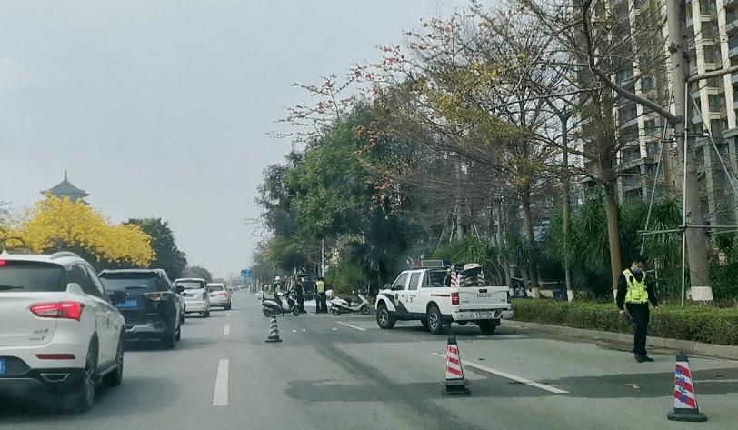 钦州金海湾大道一辆小车不明原因起火,司机不知所措…