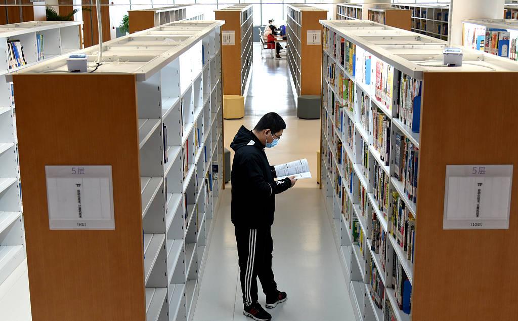 江苏连云港:市民品书香过大年