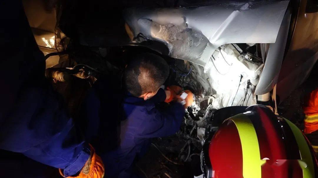 河南洛阳:面包车追尾损毁四分之一 司机被困  消防紧急救援