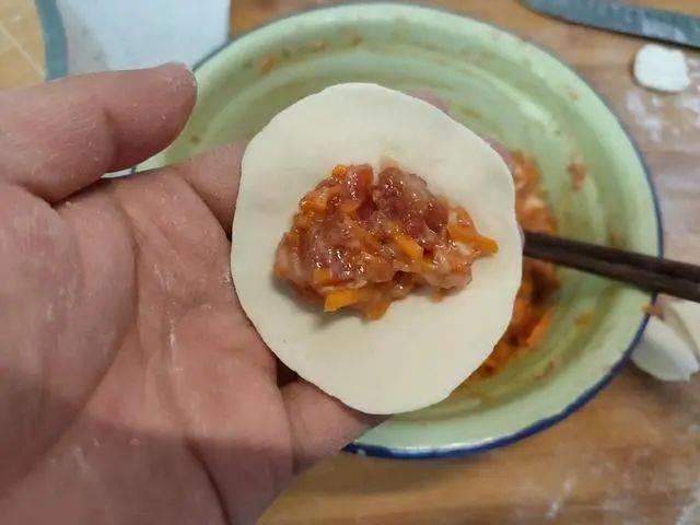 """做羊肉馅饺子,记住""""3放2不放"""",饺子鲜嫩无膻味,流油又流汁"""