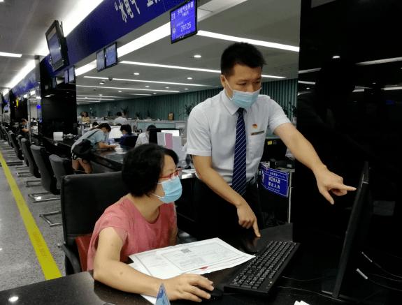 """柳州市行政审批局""""三步走""""助推零售药店换证工作"""