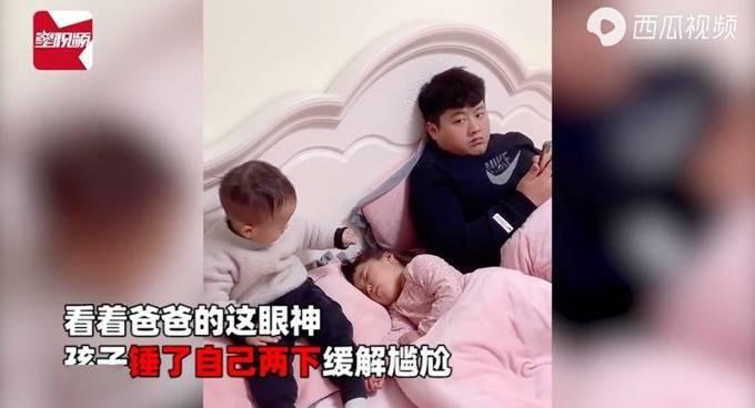 姐姐睡觉弟弟趁机掐脸,爸爸一个眼神他慌了!网友:混最惨的二胎