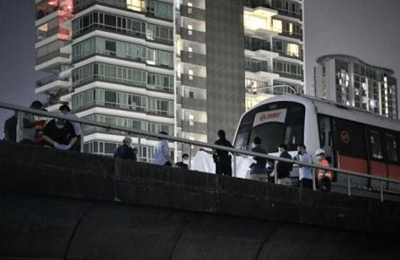 马来西亚一小伙闯进地铁轨道被轧死警察进行事故调查