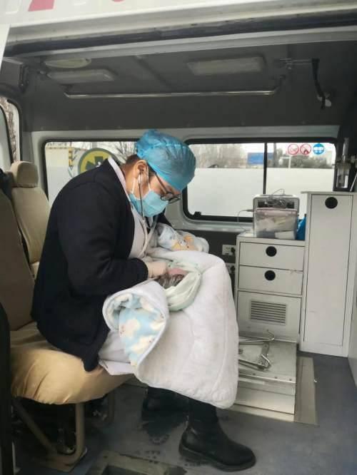 """孕妇车内生产,汉阴民警上演""""生死时速"""""""