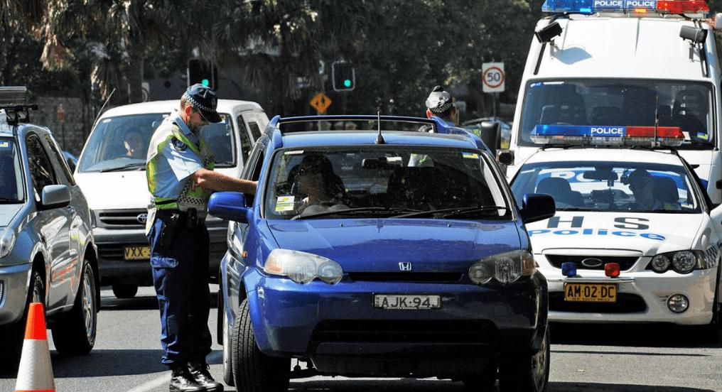 在车里招手,不锁门…各种罚款扣怀疑命!澳洲父母一定要看精彩的交通法!