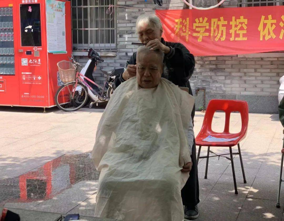 这里理发只收2元,背后操刀的是位81岁奶奶