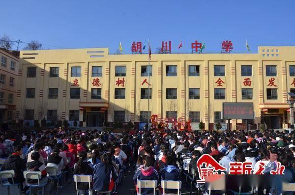 张家川的交通警察有第一课来确保师生的安全出行
