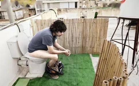 上厕所总玩手机 小心便秘找上门