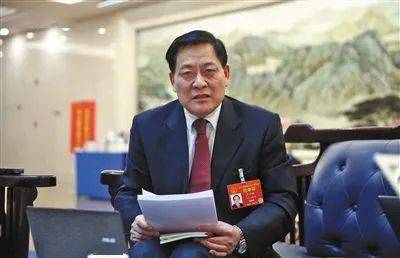 """采访NPC财经委员会副主任尹仲卿:考虑到""""基数错觉""""的影响,GDP增速定在6%以上,相对容易完成"""