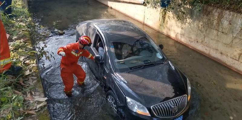成都两车追尾掉入沟渠驾驶员被困 消防紧急出动成功营救