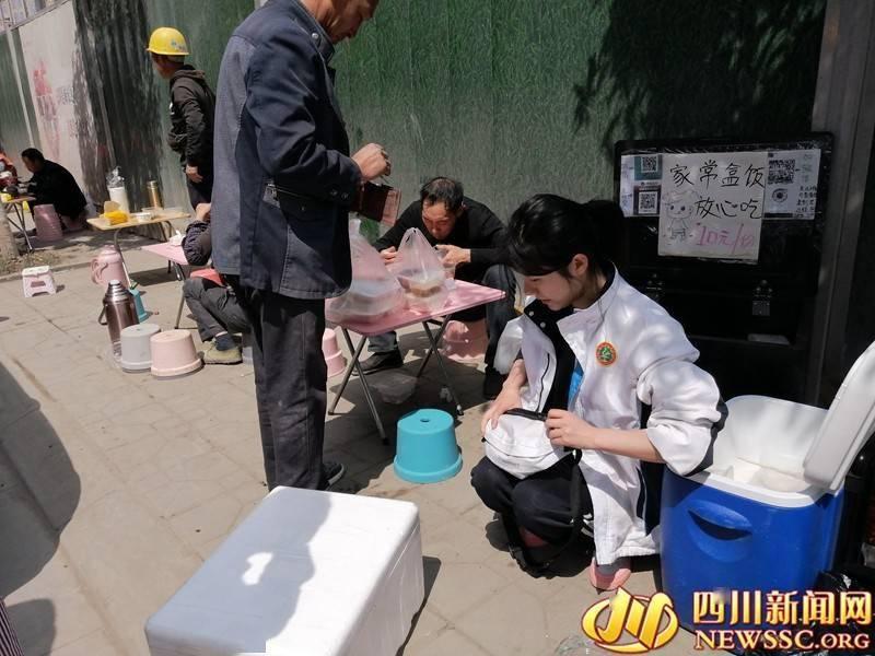 """""""姐姐努力的样子很美!""""90后女孩工地卖快餐走红网络"""