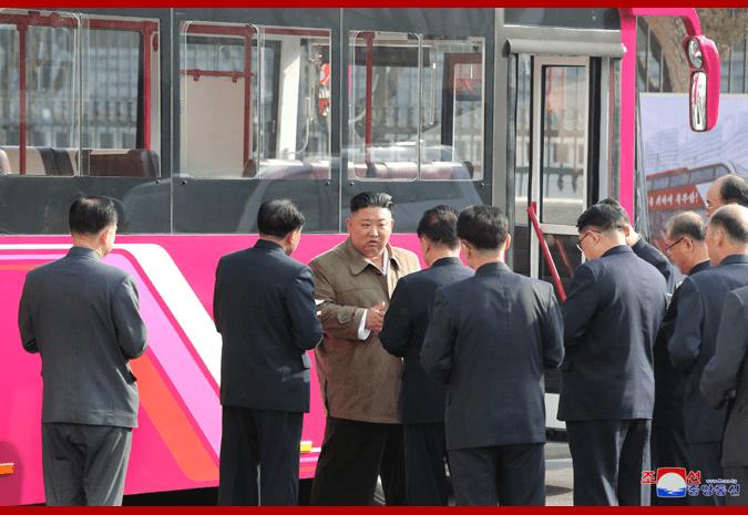 朝中社:金正恩参观新型客车试制品,还上车仔细了解客车技术特性