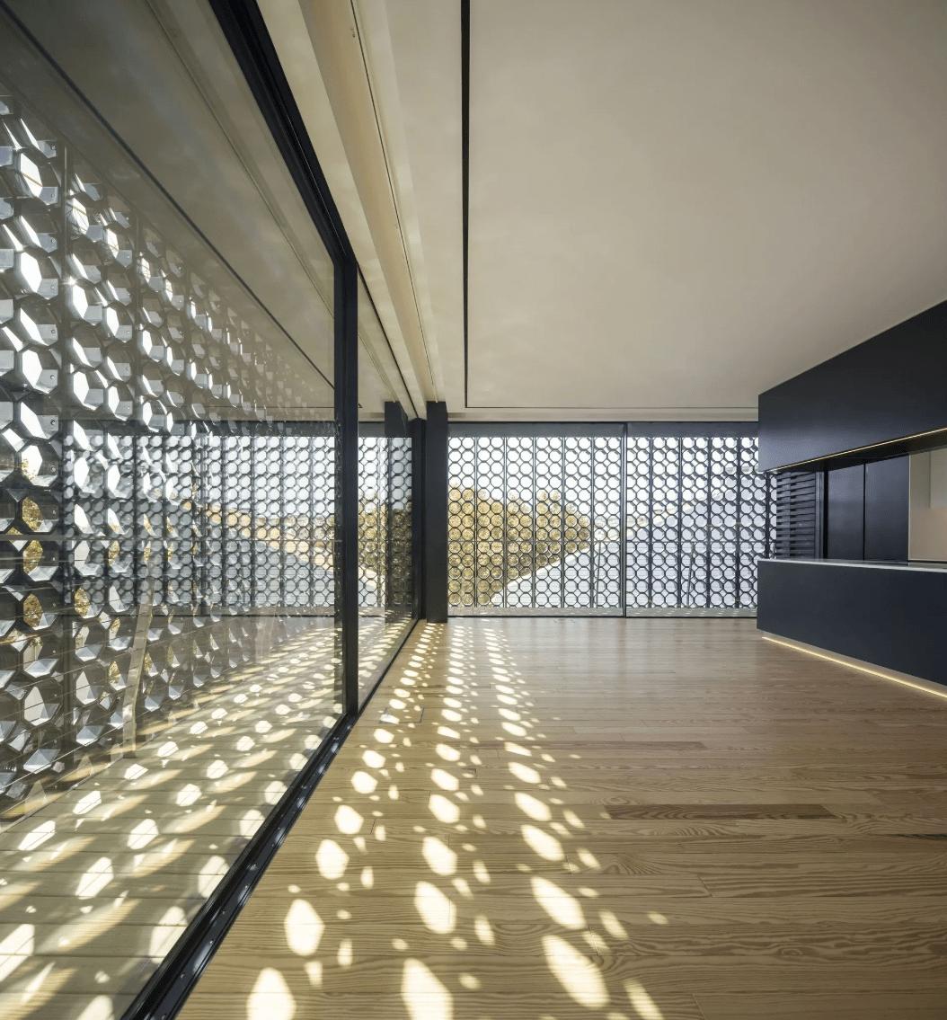 用20,000块陶瓷做外立面的公寓楼,澳门赌场网站,内部却是极简的精装标准