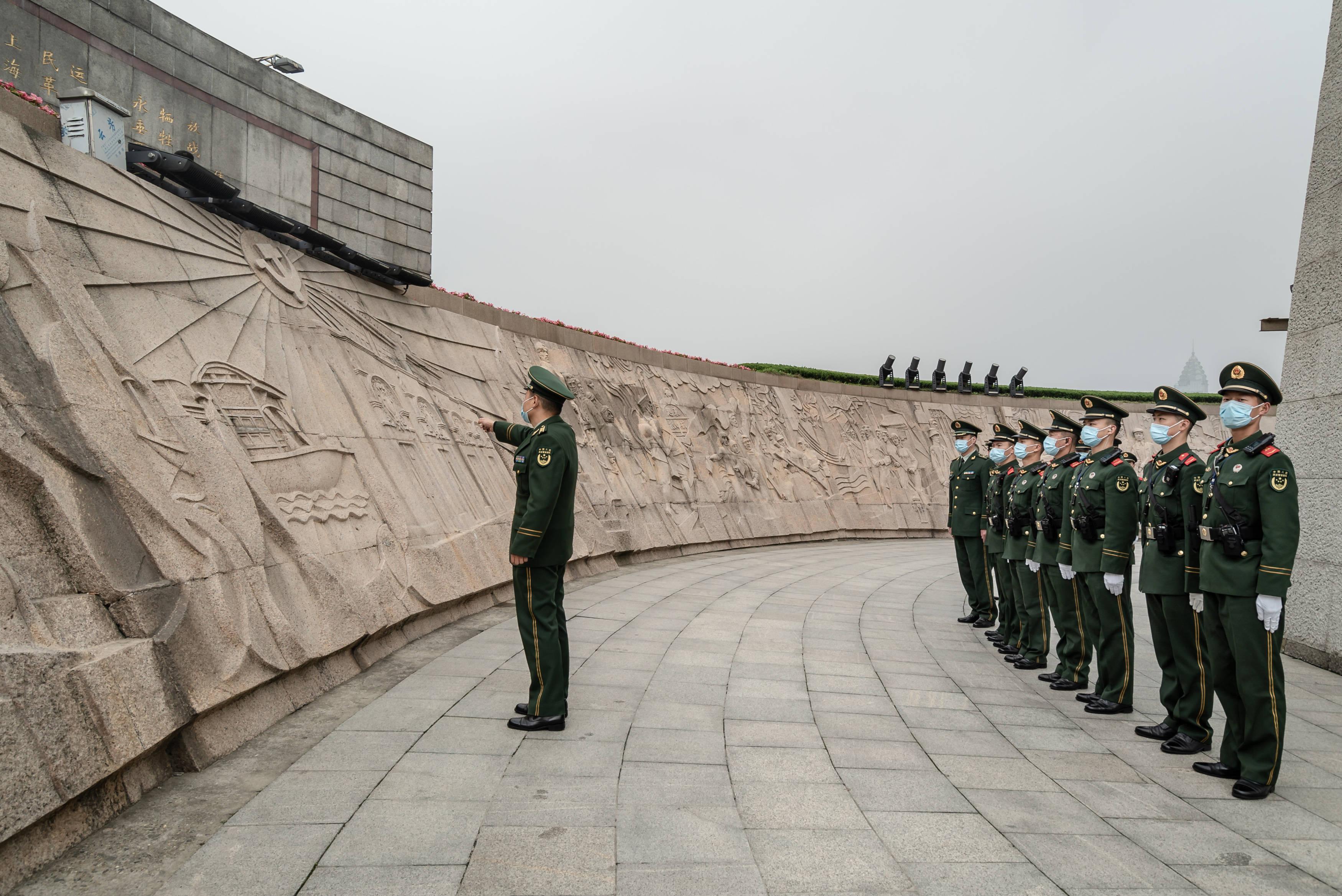 在上海市人民英雄纪念塔前,武警官兵们敬献鲜花缅怀先烈