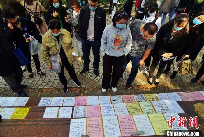 清明小长假:上海人民公园相亲角人气十足