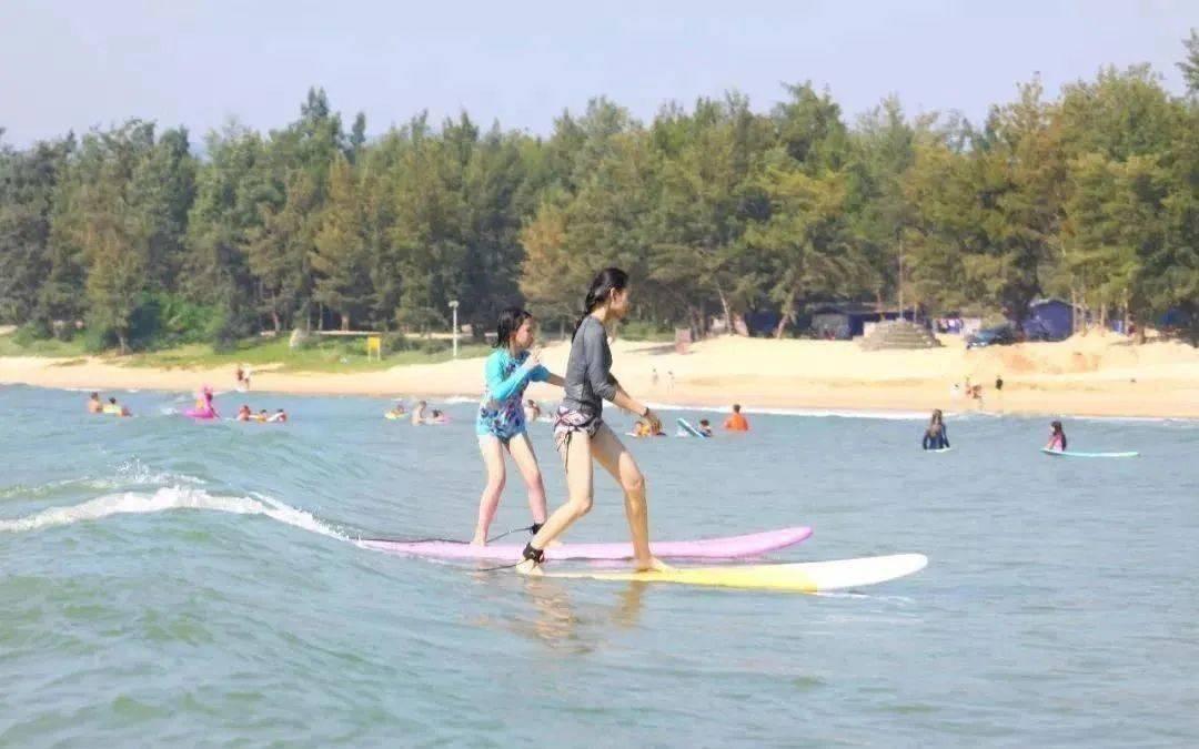 白天冲浪、晚上蹦迪,来到三亚后海村的年轻人觉得城市生活烂透了