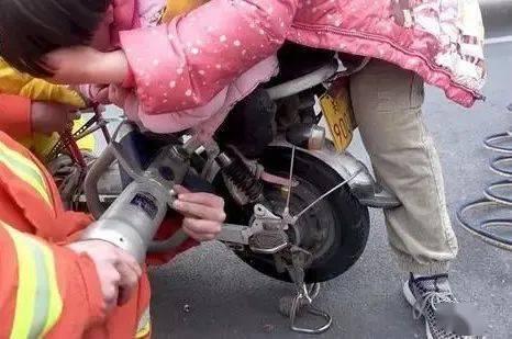 急!郑州3岁女童左脚被卷入电动车后轮,一顿拆除后她脚还是取不出!