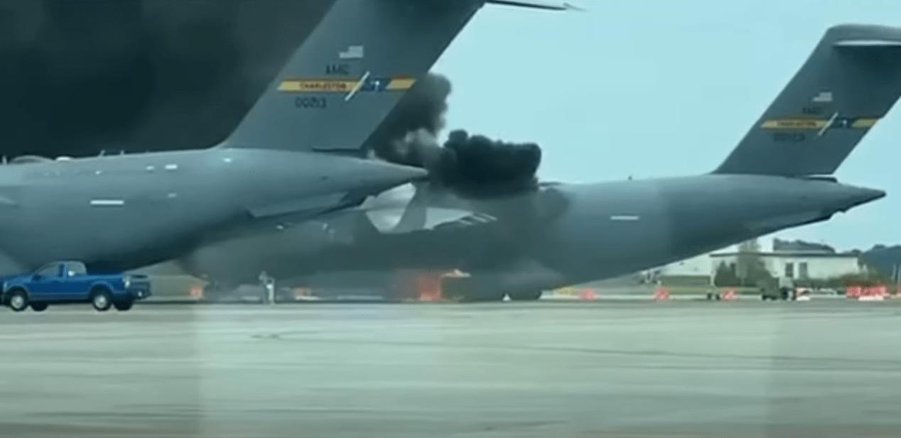 美军C-17运输机跑道上起火:黑烟滚滚 旁边有多架军机