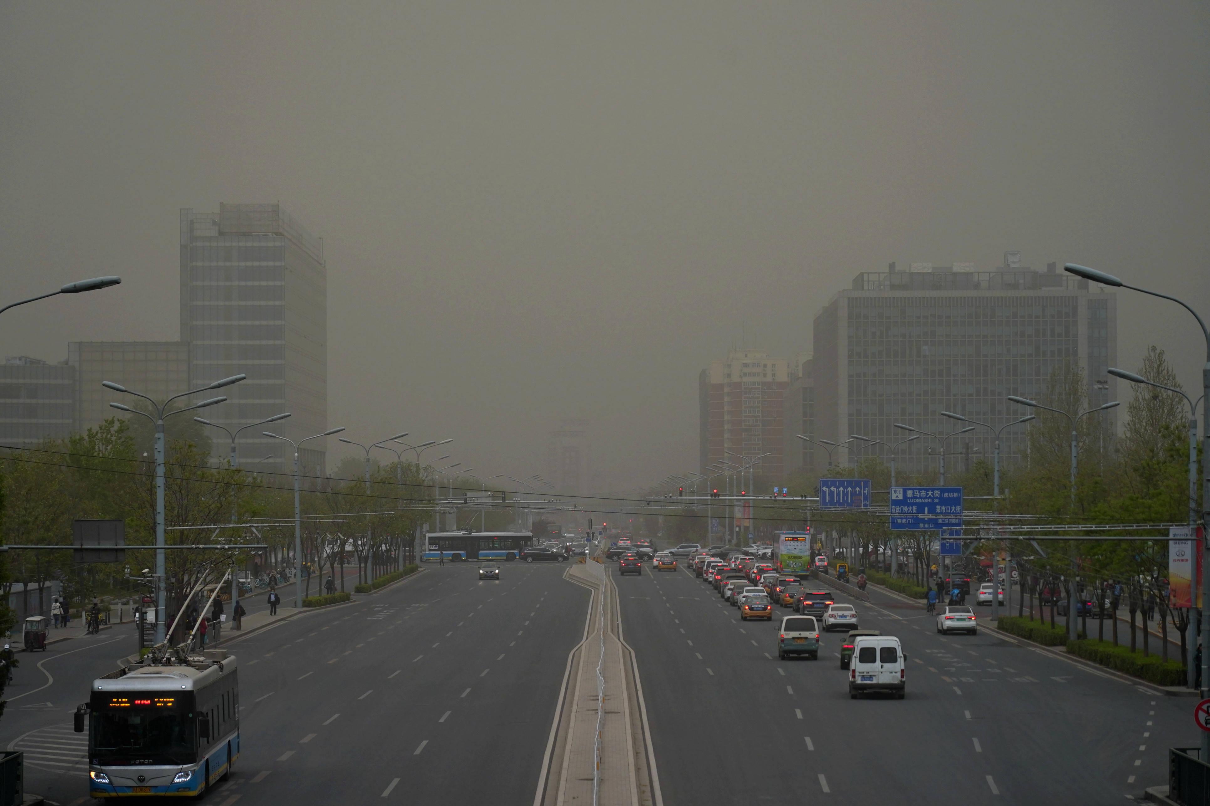 北京迎沙尘、大风和局地雷雨天气