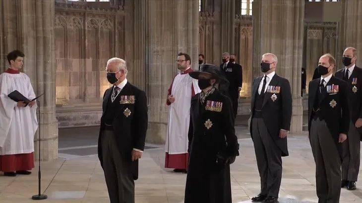 出席亲王葬礼的凯特王妃,戴上了婆婆和奶奶都戴