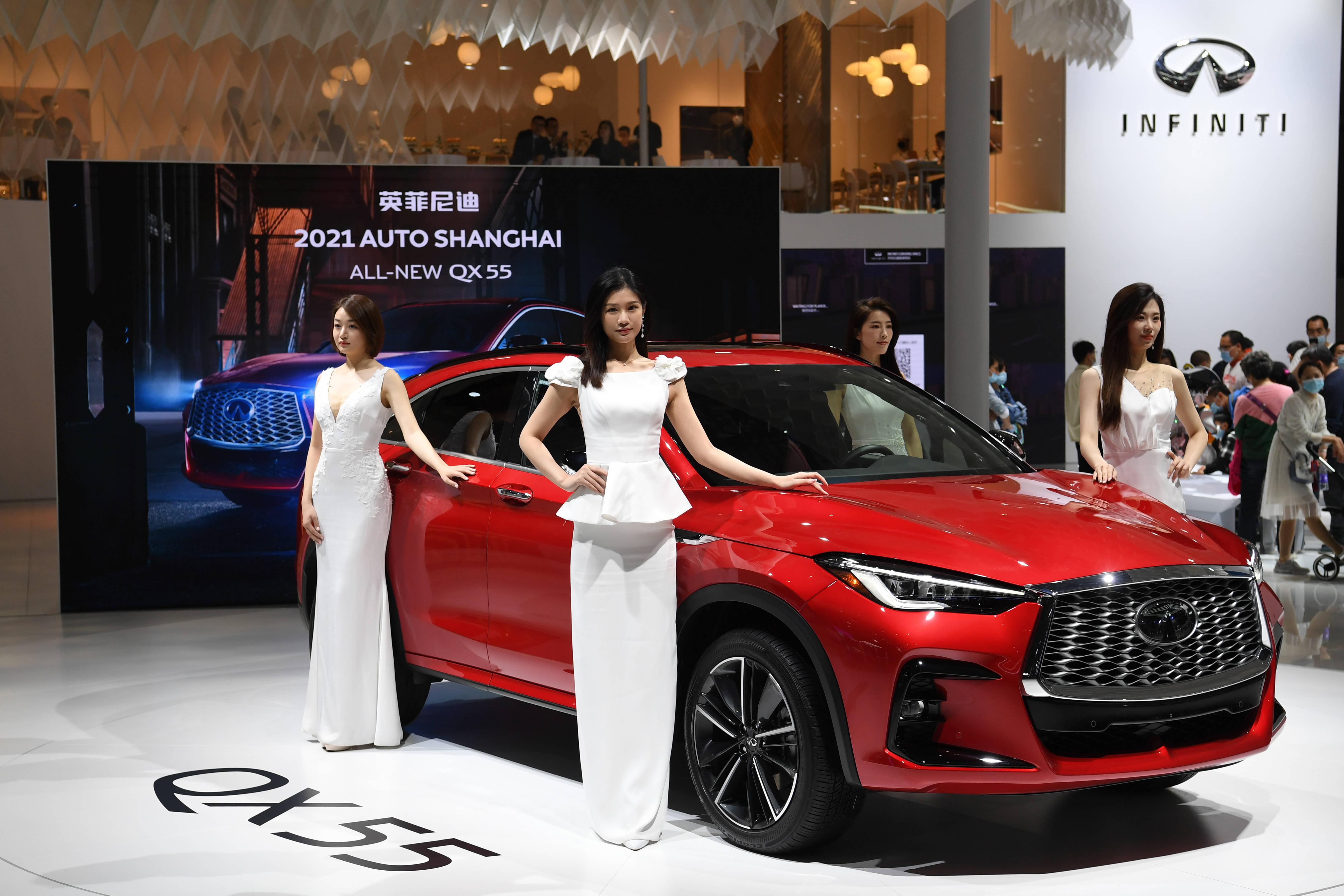 2021上海车展迎来普通公众日 车模为新车造势引围观(图8)