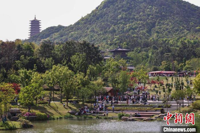 民众走进南京牛首山感受人文历史 尽享快乐假期