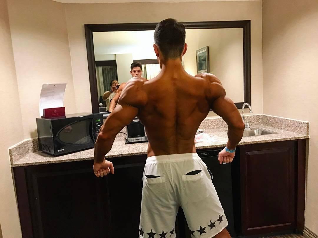 还在为怎样锻炼出健壮背部而烦恼吗?这么做能让你拥有完美背肌_肌肉