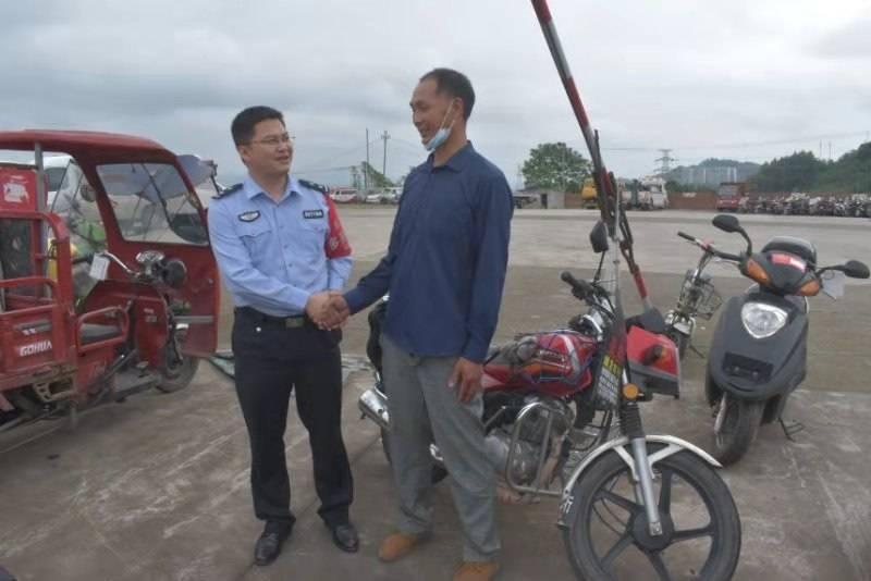 男子新买摩托骑1年被盗 半年后被警方找到