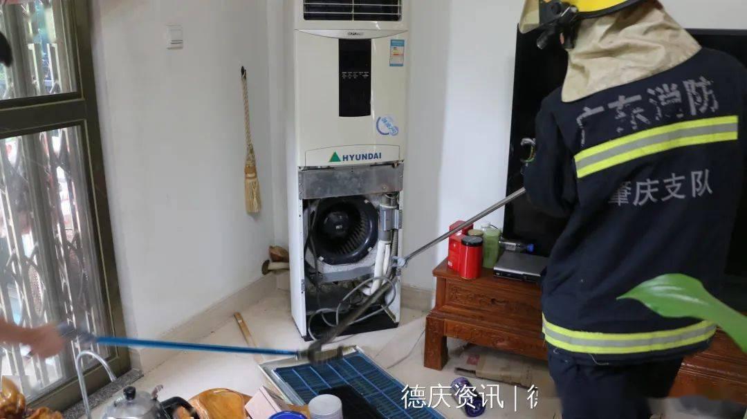 肇庆某小区住户空调藏了着一条毒蛇!黑白相间,成米几长!
