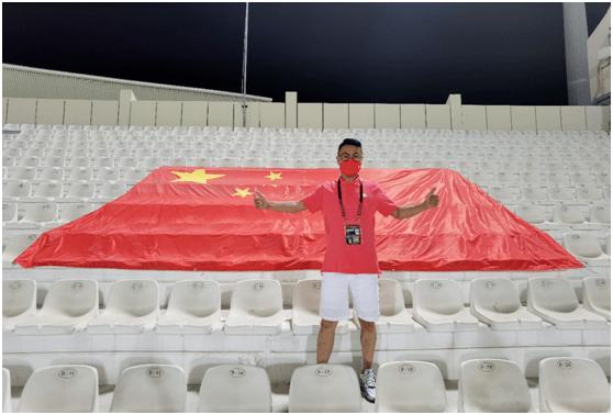 为球痴狂!沙迦球场上的惟一中国球迷,为男足助势滞留阿联酋【YABOAPP】