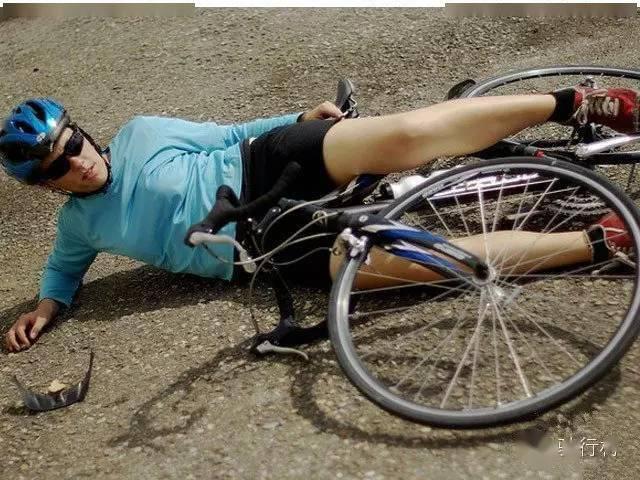 知道腳踏車運動員們為什麼刮掉腿毛嗎?