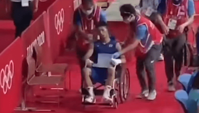 观众都怒了!日本拳手被打到坐上轮椅,却被判胜利晋级!