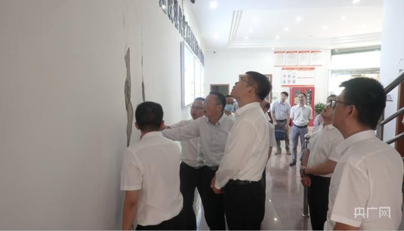 农发行四川省分行行长董明赴泸县支行指导抗震救灾工作