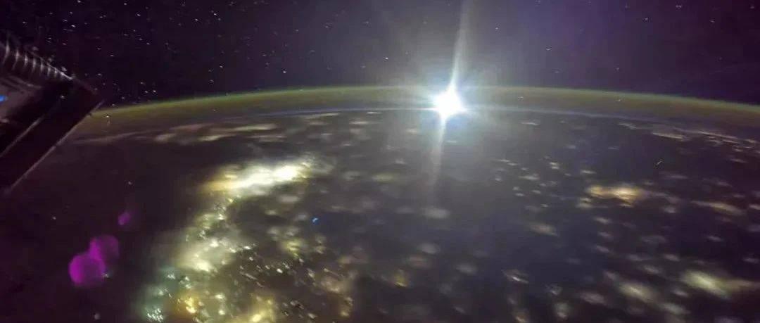 来!有张太空拍到的月亮照片送给你→
