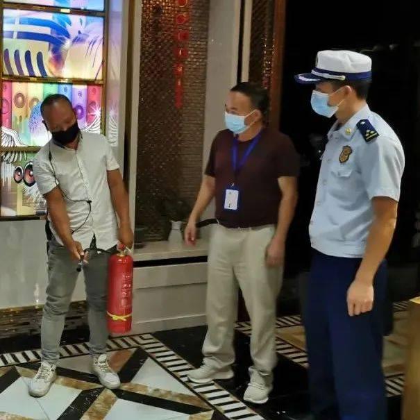 镇远消防联合多部门深入古城景区开展消防安全夜查