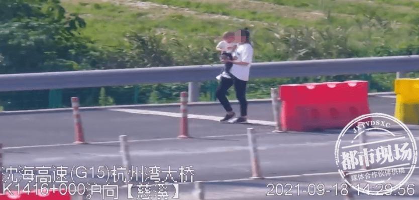 画面惊心!母亲抱娃在高速上行走,交警看到都捏把汗