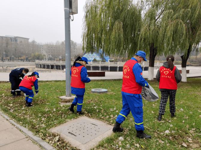 """环卫工人日:团市委组织开展""""关爱环卫工 捡拾白色垃圾""""志愿服务活动"""